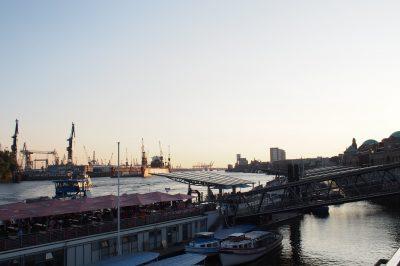 Hamburg St. Pauli Blick auf Landungsbrücken Abend