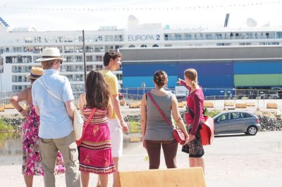 Hamburg HafenCity CruiseTerminal mit mir und Gruppe